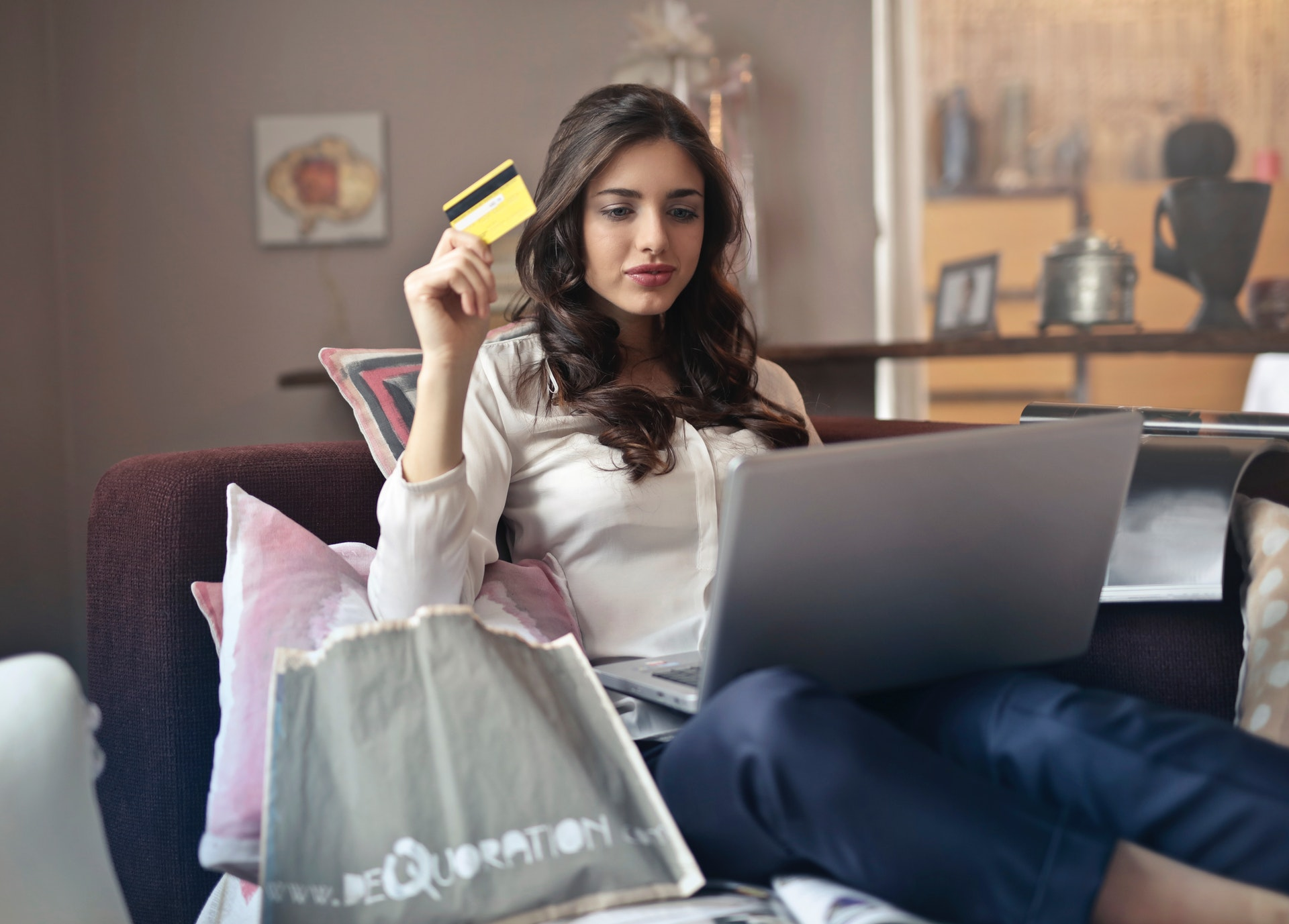 Beautiful-Girl-Shopping-Online-And-Getting-Cash-Back